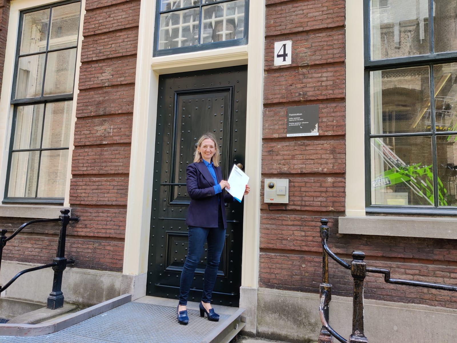 HollandBIO-directeur Annemiek Verkamman geeft de brief af bij de Tweede Kamer